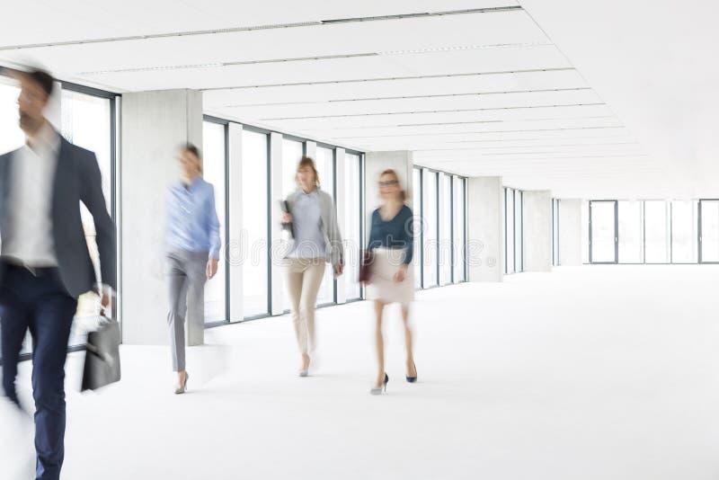 Defocused изображение бизнесменов идя в новый офис стоковое фото rf
