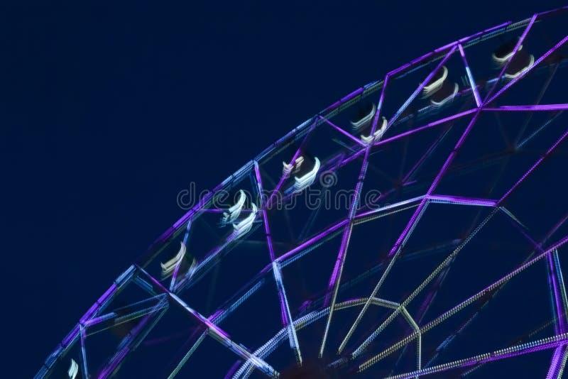 Defocused колесо ferris с красочными светами, запачкает абстрактную предпосылку amuser стоковое изображение