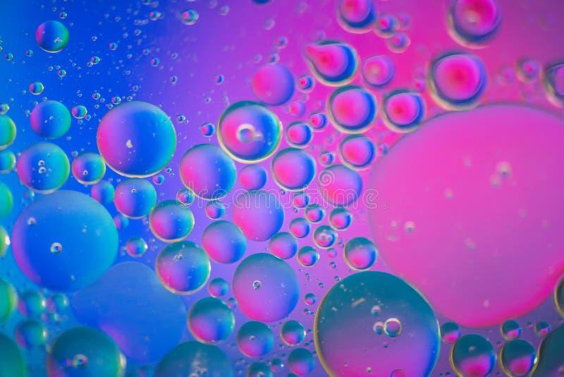 Defocused пинк и голубое абстрактное изображение предпосылки сделанные с маслом, водой и мылом стоковые фотографии rf