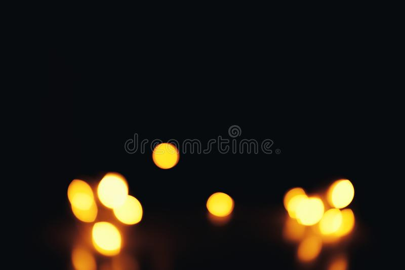 Defocused предпосылка рождества конспекта золота Bokeh немного в угле стоковая фотография rf