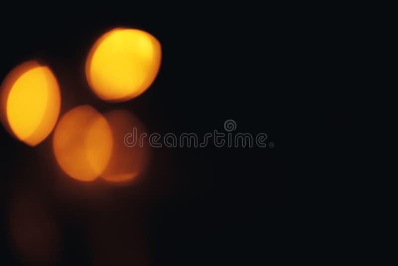 Defocused предпосылка рождества конспекта золота Bokeh немного в угле стоковое фото rf