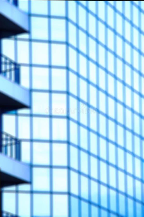 ??defocused?? 与蓝色玻璃窗的一座高层办公大楼 免版税库存图片