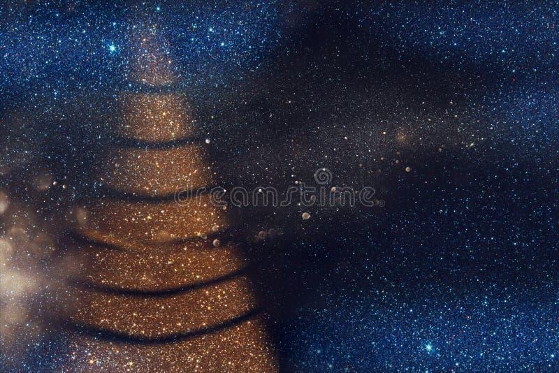 Defocused abstrakt guld- och blåttljusbakgrund royaltyfria foton