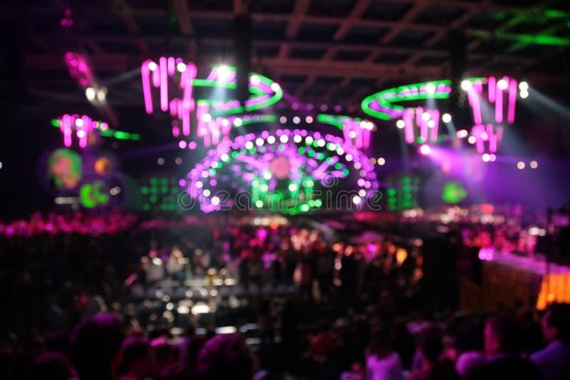 Defocused abstrakte Leuchten im Nachtklub. großes Konzert stockfotografie
