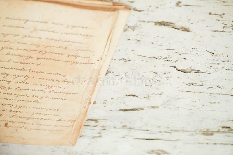 Defocused bakgrundsbild med texten i en gammal anteckningsbok arkivbild
