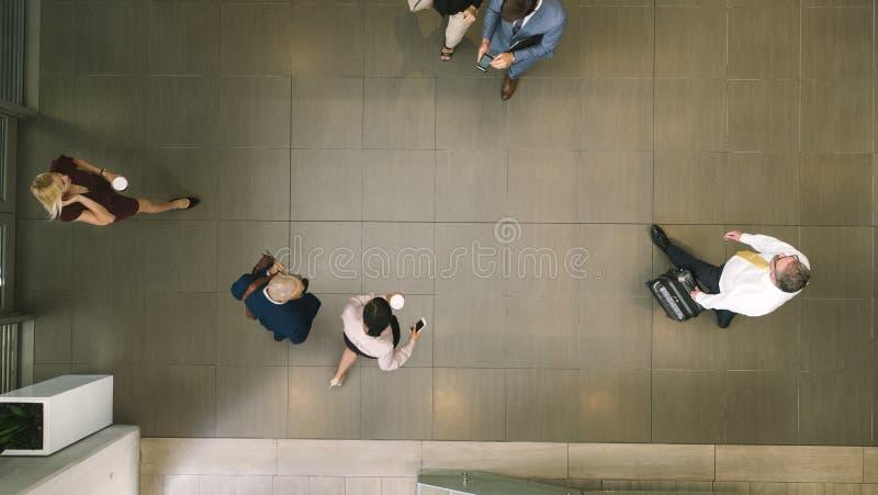Defocused bedrijfsmensen in een hal stock afbeelding