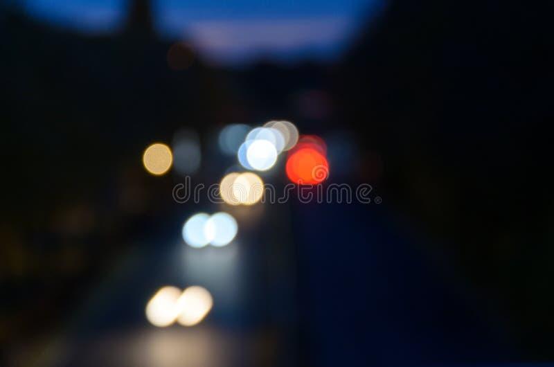 Defocused bokeh фар автомобиля вечером стоковое изображение rf