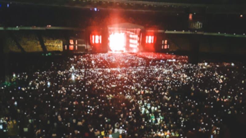 Defocused fotografia duży stadium pełno fan na muzyka rockowa koncercie Doskonalić tło dla ilustrować przyjęcia, dyskoteka lub zdjęcia stock