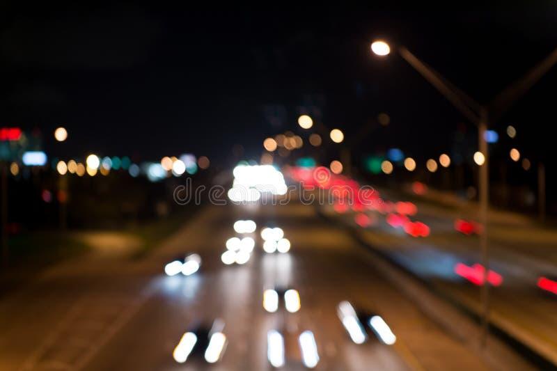Defocused hastighetsbakgrund suddighetsuteliv exponering Defocused bakgrund för abstrakt stads- nattljus _ royaltyfria bilder