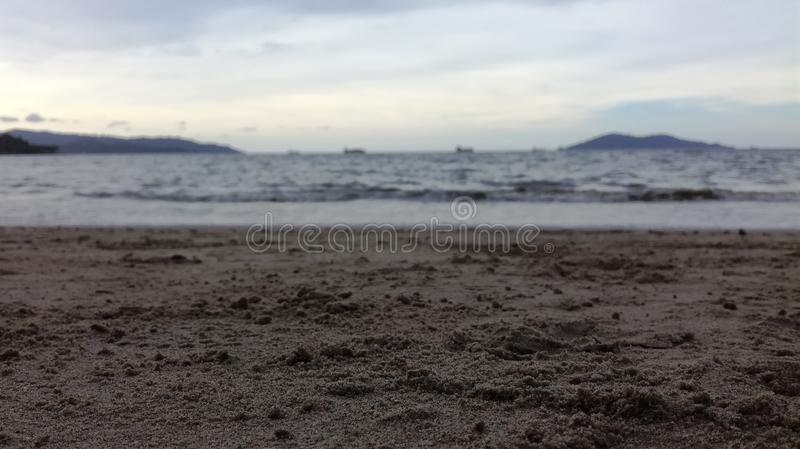 Defocused havsbakgrund på stranden royaltyfri foto