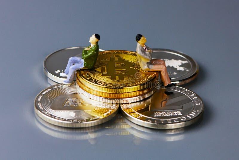 Defocused het Bitcoin gouden muntstuk en grafiekachtergrond Virtueel cryptocurrencyconcept royalty-vrije stock foto