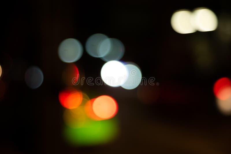 Defocused ljusbokeh gör suddig mörk bakgrund royaltyfri fotografi