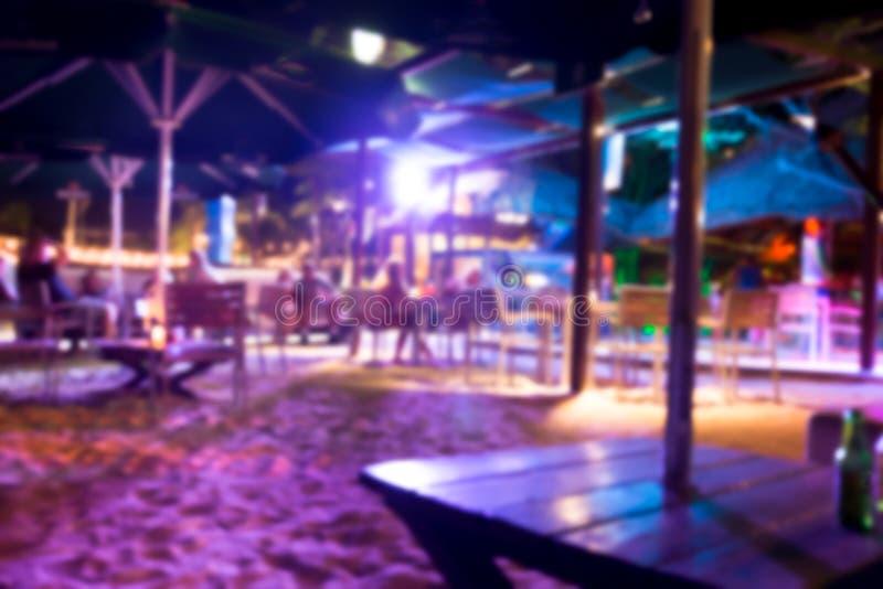 Defocused plama tropikalny plaża klubu bar przy nocą obraz royalty free