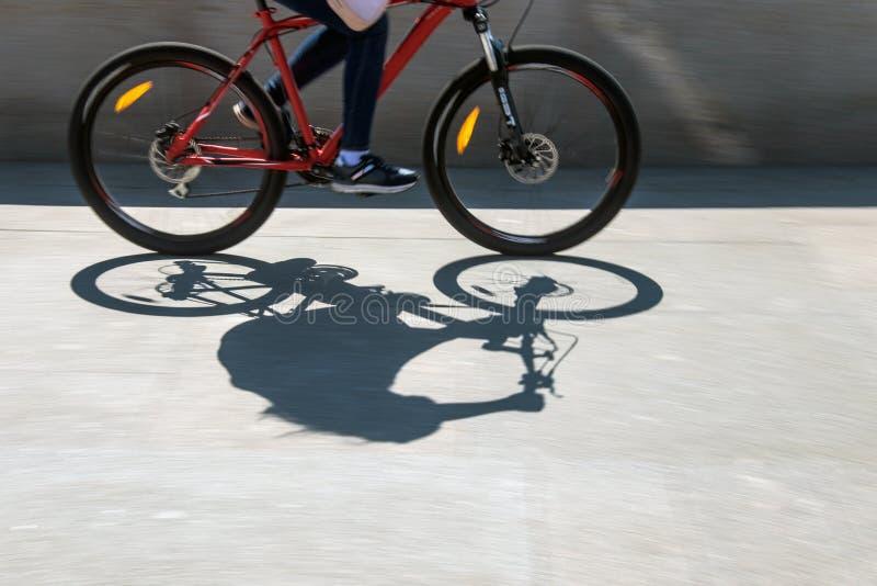Defocused Radfahrerschattenbild stockfotos