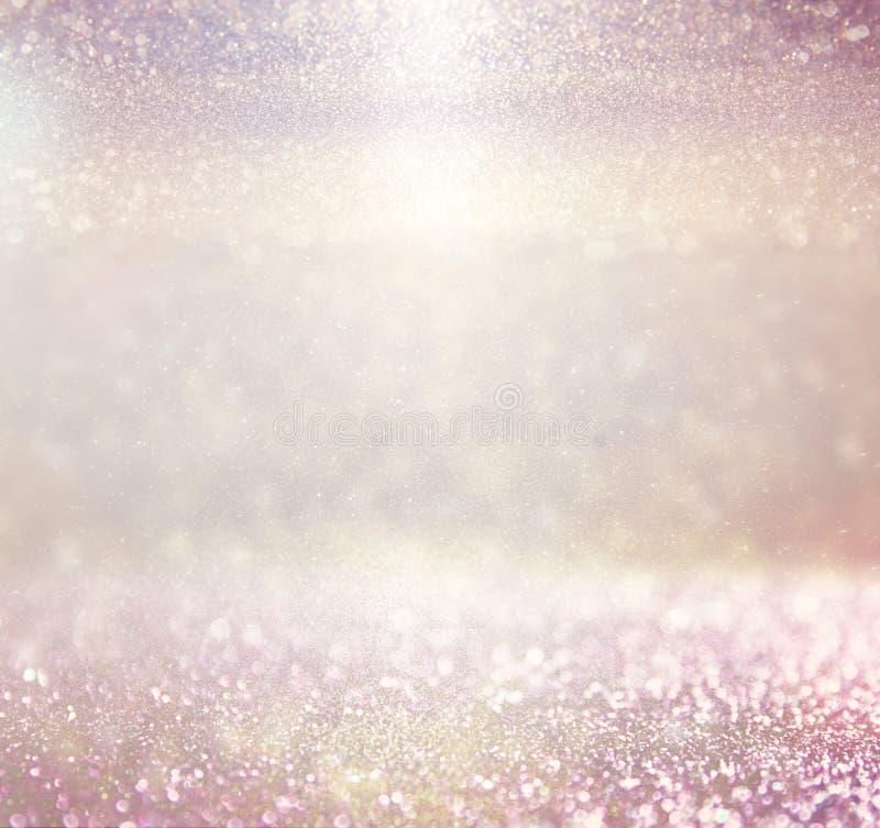 Defocused rosa foto för lila- och guldljusbakgrund arkivfoto