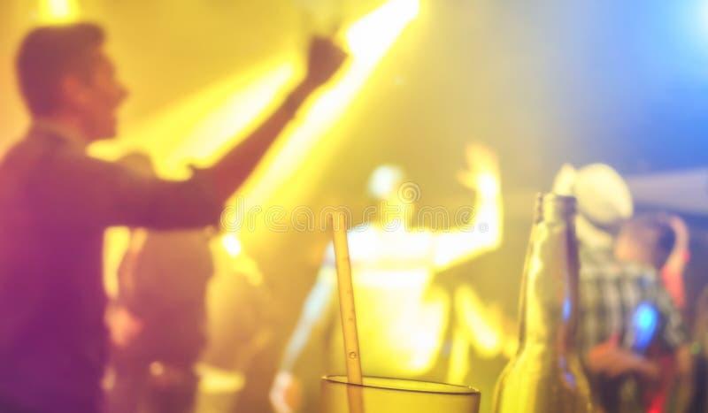 Defocused suddig folkdans på händelsen för musiknattfestival - abstrakt bildbakgrund av diskoklubban efter parti arkivfoton