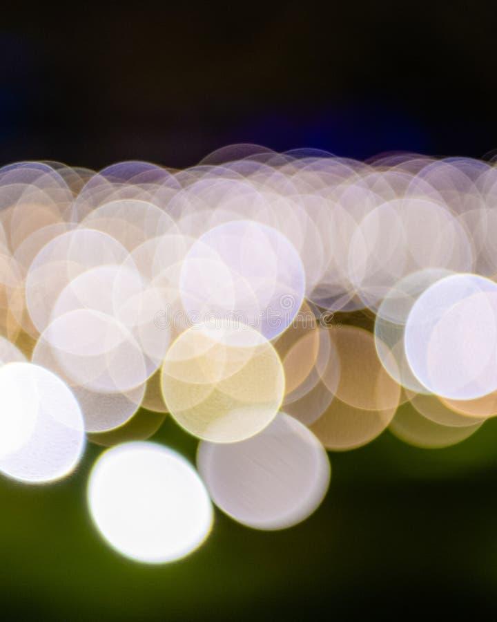Defocused suddiga bakgrundsljus med bokeh - stående arkivfoto