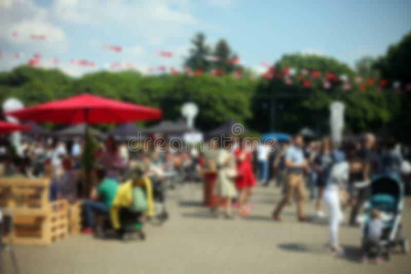 Defocused tło ludzie w parkowym karmowym festiwalu, lato festiwal obraz royalty free