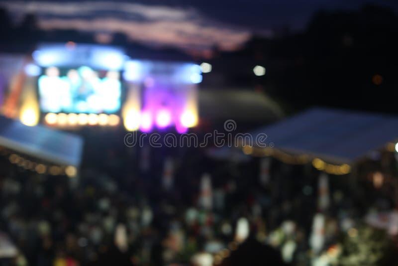 Defocused tło na wolnym powietrzu festiwalu muzykiego koncerta wydarzenie obraz royalty free