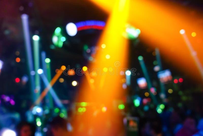 Defocused tło z abstrakcjonistycznym bokeh laserowy przedstawienie w dyskoteka klubie zdjęcie stock