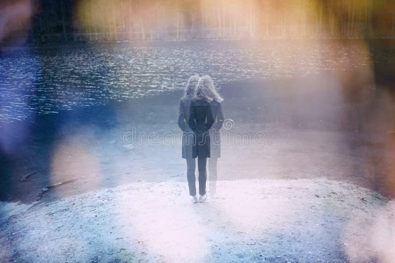 Defocused verwirrte Frau steht allein am See stockbilder