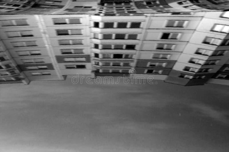 Defocusedbezinning van woningbouw op autoglas in bla royalty-vrije stock afbeeldingen