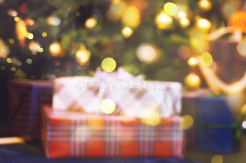 Defocusedlicht bokeh van Kerstmis lichte boom Giften onder de Kerstboom stock afbeelding