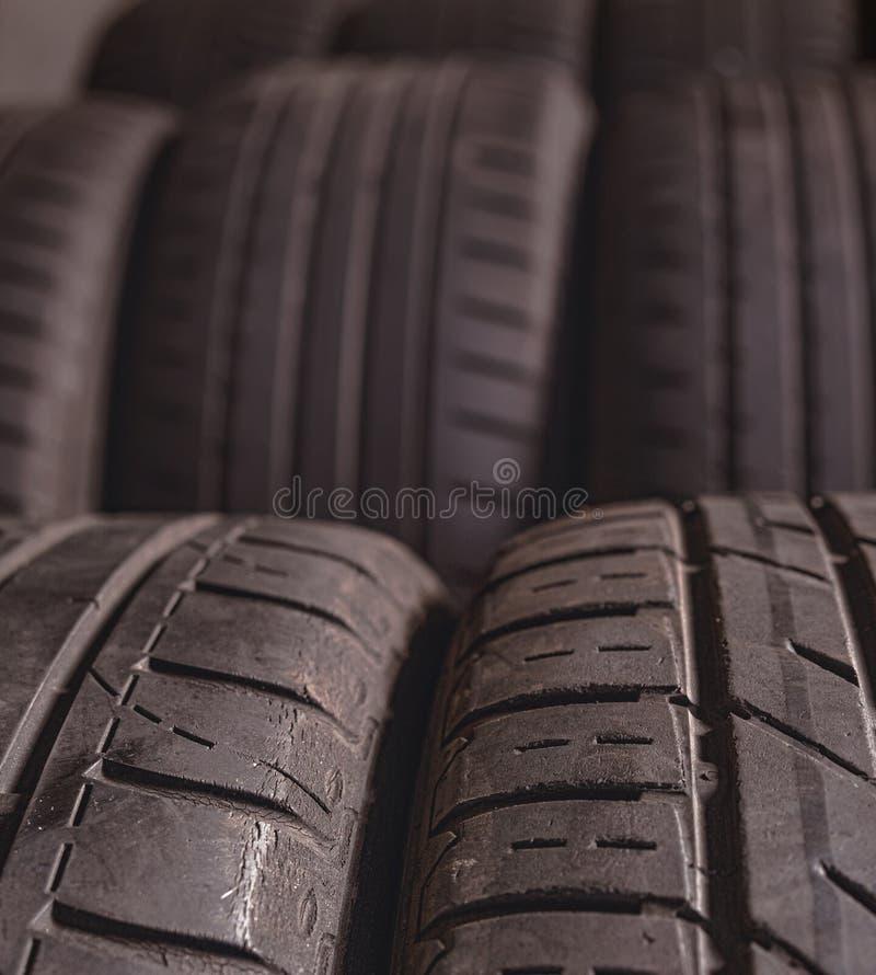 Defocusing Foto Broguję używał auto opony w samochodowym usługowym centrum Auto naprawa obrazy stock