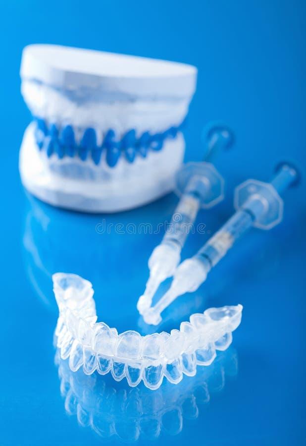 Deformação permanente para clarear dos dentes foto de stock