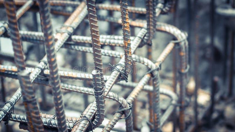 Deformuje prętowych stalowych bary z drucianym prąciem używać w fundacyjnej podstawie zdjęcia stock