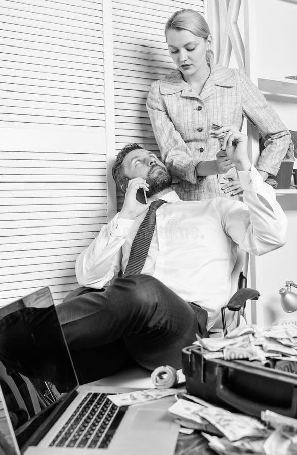 Defraudador do homem para falar o telefone celular para pedir o dinheiro Crime financeiro da fraude dos c?mplices O homem e a mul imagem de stock royalty free