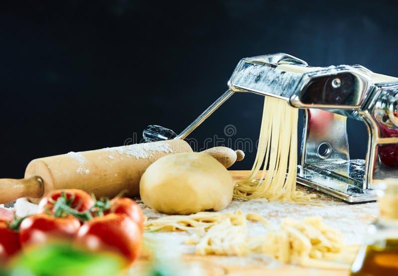 Deg för spagettimaskinklipp in i nudlar arkivbilder