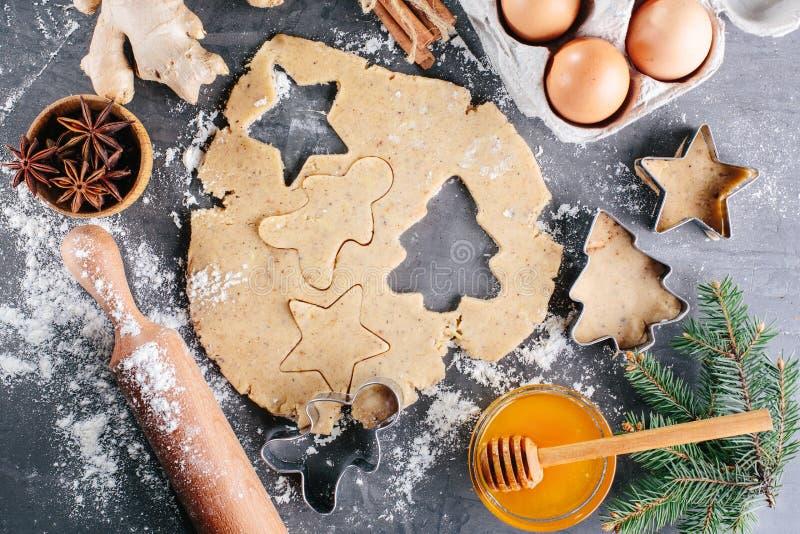 Deg och ingredienser för ljust rödbrun kakor arkivfoton