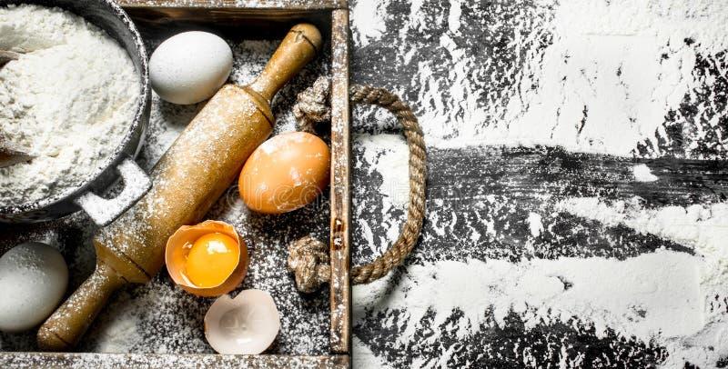 Degbackround Mjöl med ägg och kavlen royaltyfria bilder