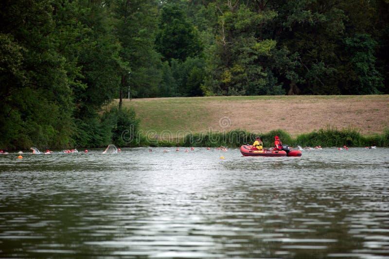 Degenbachsee, Γερμανία, 28 Τον Ιούλιο του 2019 Σωτήρας νερού Motorboat στους προσέχοντας κολυμπώντας ανθρώπους στοκ φωτογραφίες με δικαίωμα ελεύθερης χρήσης