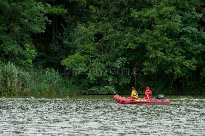 Degenbachsee, Γερμανία, 28 Τον Ιούλιο του 2019 Σωτήρας νερού Motorboat στους προσέχοντας κολυμπώντας ανθρώπους στοκ εικόνες
