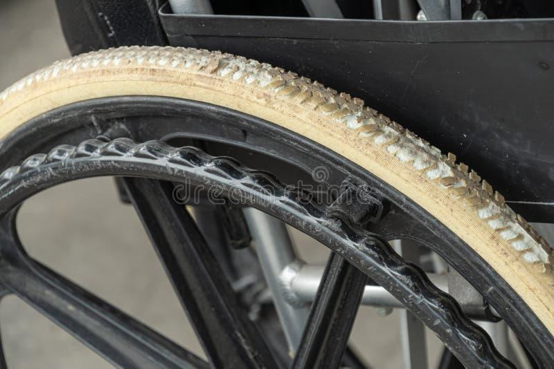 Degenerierte flach-freie Reifen des alten Rollstuhls stockfotografie