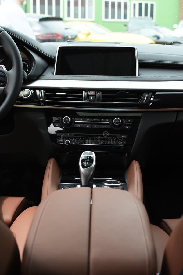 Deggendorf, Alemanha - 23 EM ABRIL DE 2016: interior de uma série 2016 de BMW x6 SUV durante a apresentação luxuosa dos carros em imagens de stock royalty free