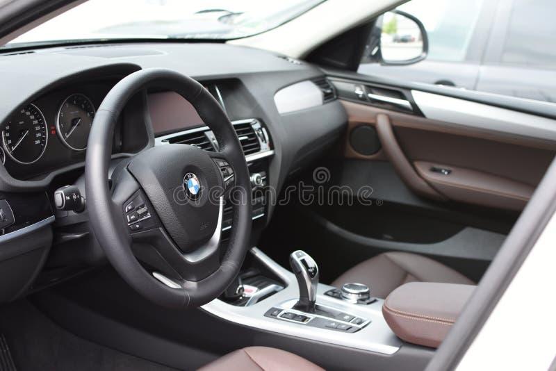 Deggendorf, Deutschland - 23 APRIL 2016: Innenraum einer Reihe 2016 BMWs x4 SUV während der Luxusautodarstellung in Deggendorf stockbilder