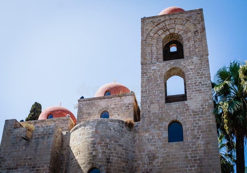 Degli Eremiti de San Giovanni: arquitetura árabe em Palermo, Sicília imagens de stock royalty free
