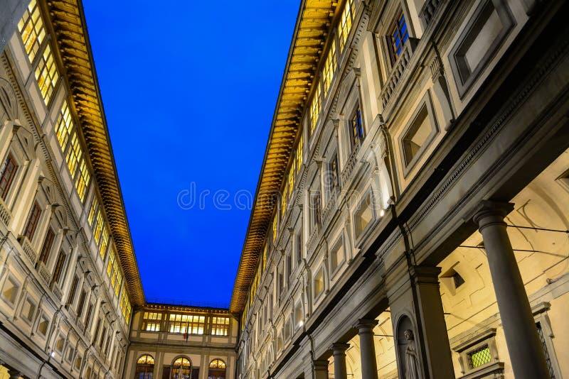 Degli Uffizi Galleria κάτω από έναν σαφή ουρανό τή νύχτα στοκ εικόνα με δικαίωμα ελεύθερης χρήσης