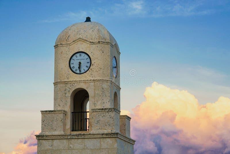 Degno la torre di orologio del viale fotografie stock