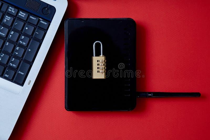 Degré de sécurité d'ordinateur ou d'Internet Concept de protection des données : ordinateur portable, routeur de Wi-Fi et serrure photographie stock libre de droits