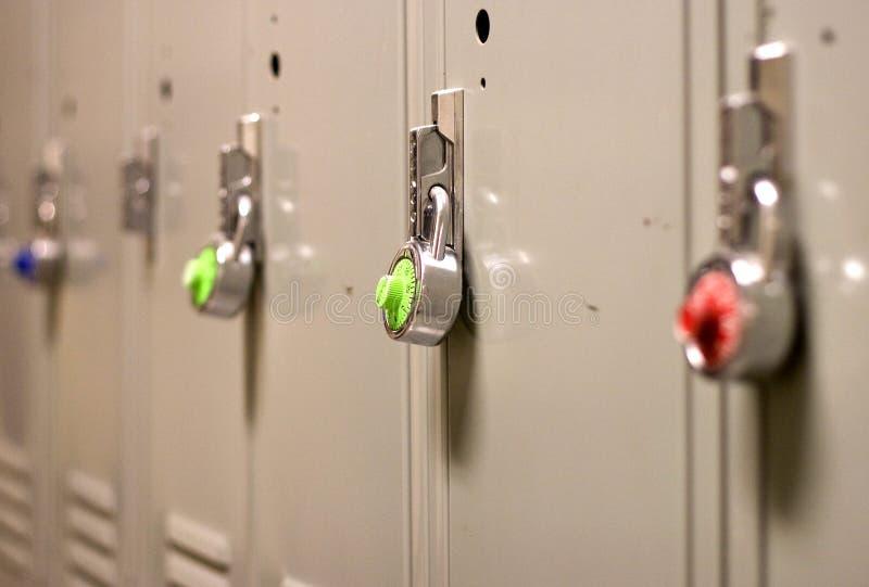 Degré de sécurité de cadenas sur un casier d'école image libre de droits