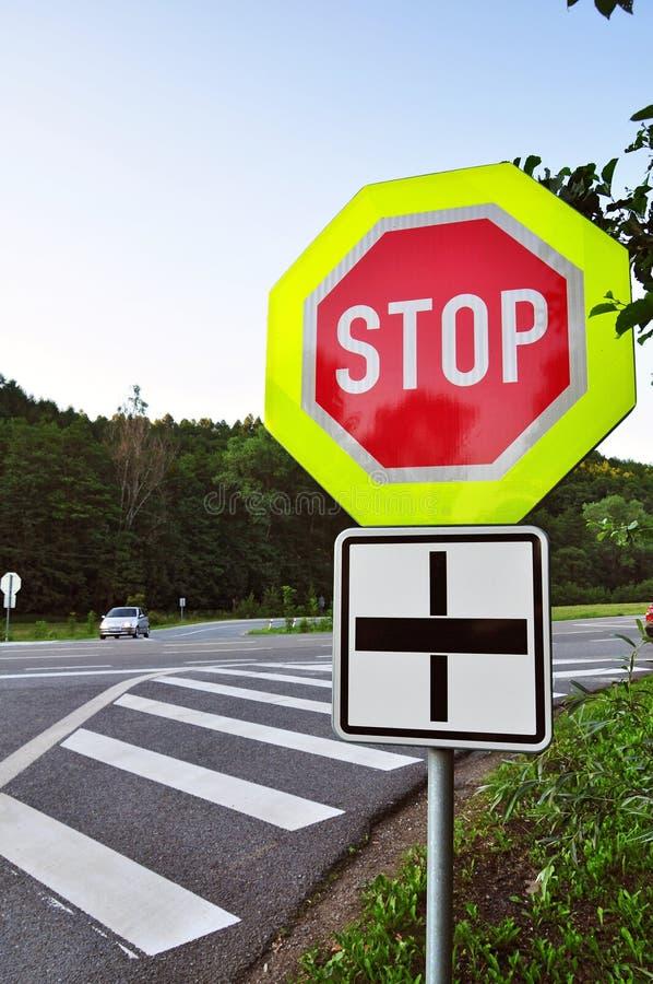 Degré de sécurité de route, poteau de signalisation d'arrêt image libre de droits