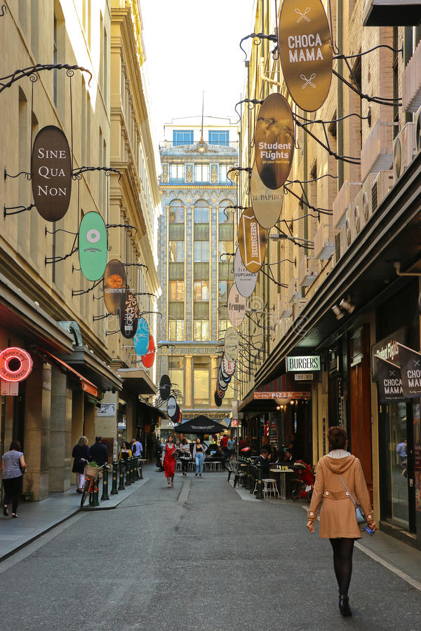 Degraves Street is a narrow laneway in Melbourne's CBD which features bars, shops, cafes, buskers and graffiti art royalty free stock images