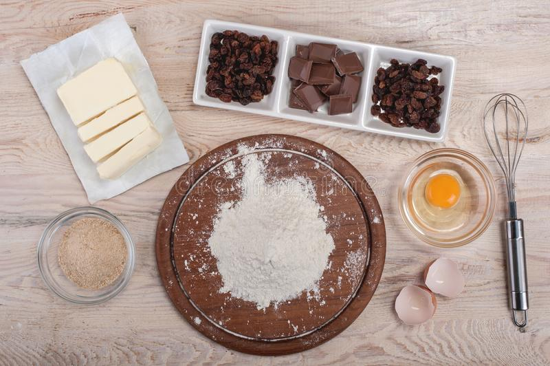 Degreceptingredienser på det lantliga wood köksbordet arkivbild