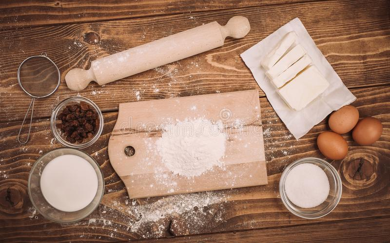 Degreceptingredienser på det lantliga wood köksbordet för tappning arkivfoto