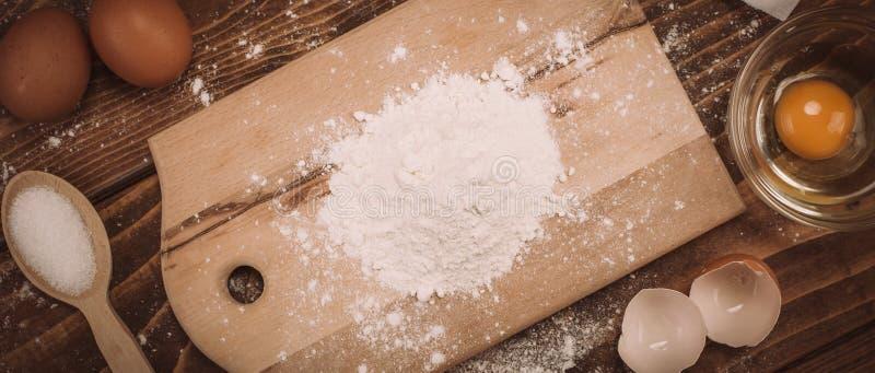 Degreceptingredienser på det lantliga wood köksbordet för tappning arkivbild