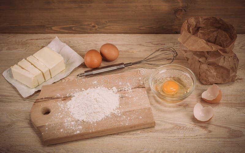 Degreceptingredienser på lantligt wood kök för tappning stiger ombord arkivfoton